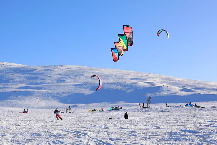 Man rides four kites in Lapland