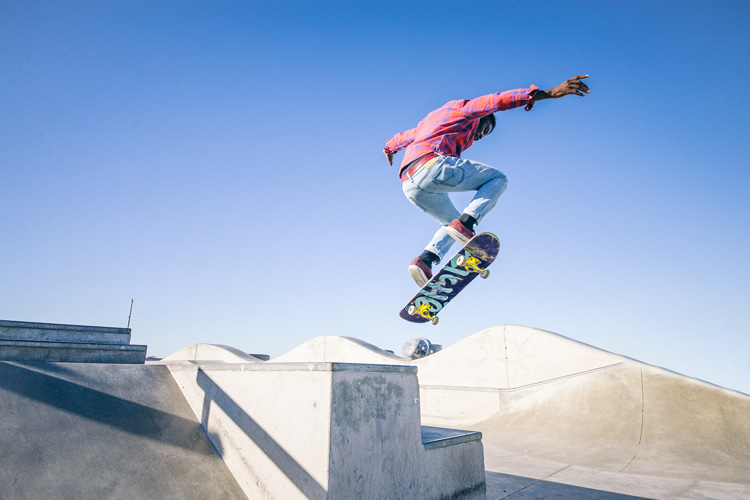 Kickflips: a skateboarding trick that can be performed on curbs and ledges | Photo: Shutterstock