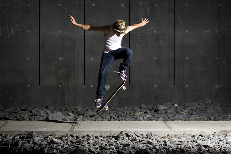 Kickflip: a skateboard trick that combines the ollie and the spinning of the board | Photo: Shutterstock
