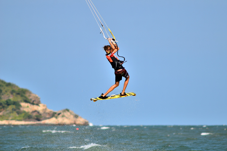 Kiteboarder: never perform tricks and maneuvers close to the shore | Photo: Shutterstock