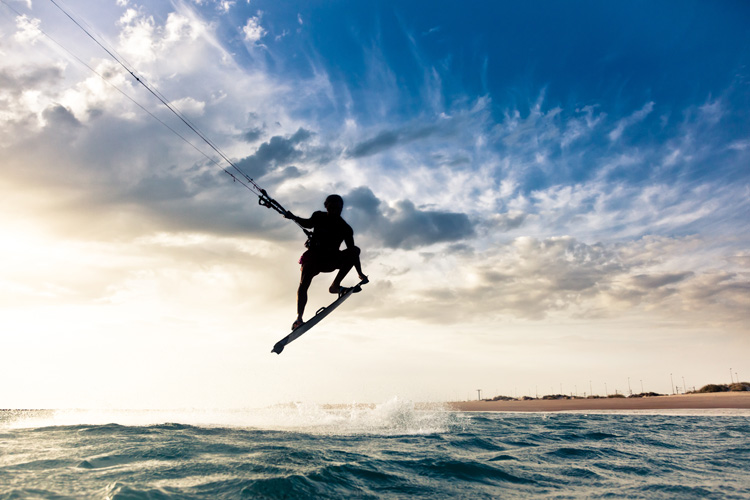 Kiteboarding: all you need is a kite, a bar, and a board | Photo: Shutterstock