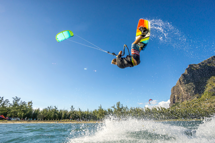 Kiteboarding: a sport that can be enjoyed in the water and on land | Photo: Shutterstock