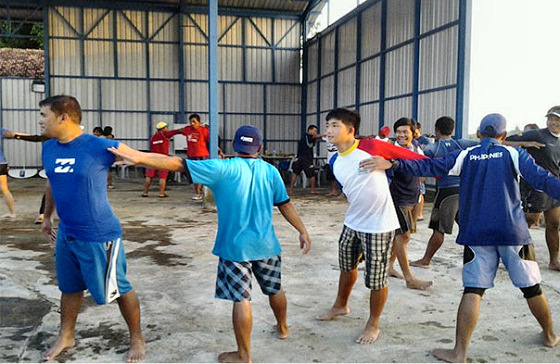 Kiteboarding training: Indonesian coaches get ready for gusty winds
