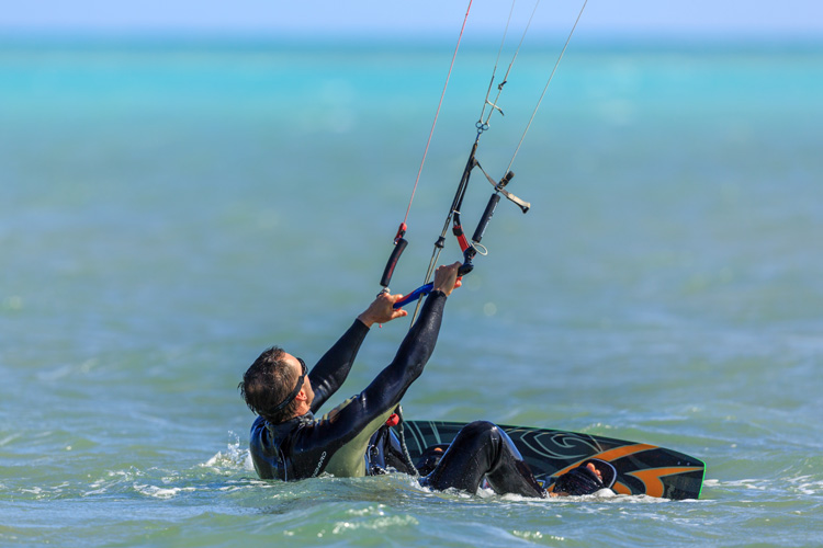 Kite control bar: the steering wheel of kiteboarding | Photo: Shutterstock