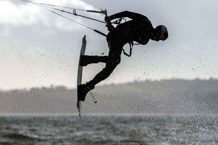 Kiteboarding: a hook knife is a critical tool that might save your life | Photo: Pignataro/Red Bull Content