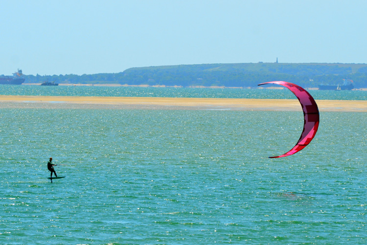 Kiteboarding: if you wish to ride a kite, book a few lessons | Photo: Shutterstock