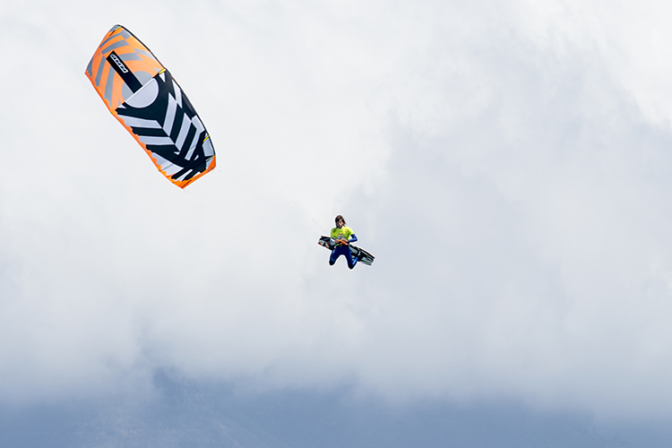 Kite loops: never stop steering your kite while performing a loop | Photo: Kolesky/Red Bull