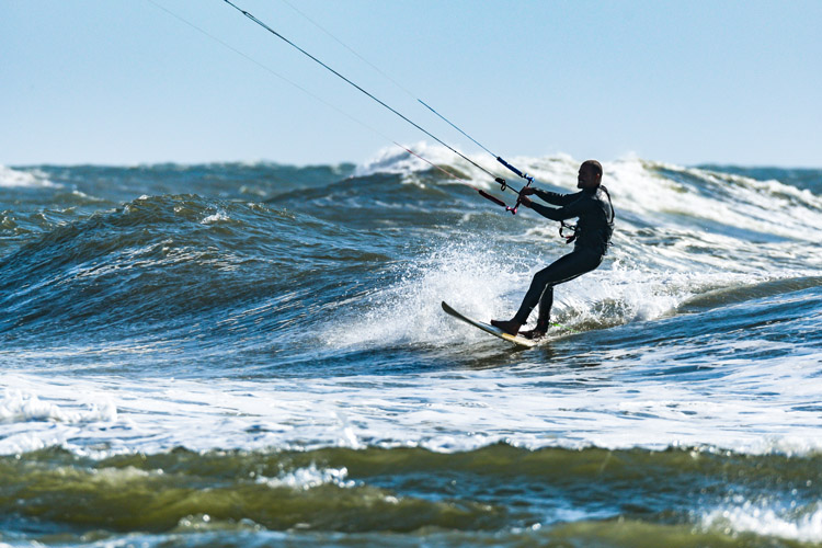 Kitesurfing: a term that is popular in Brazil, Europe, Middle East, Russia, India, and Oceania | Photo: Shutterstock