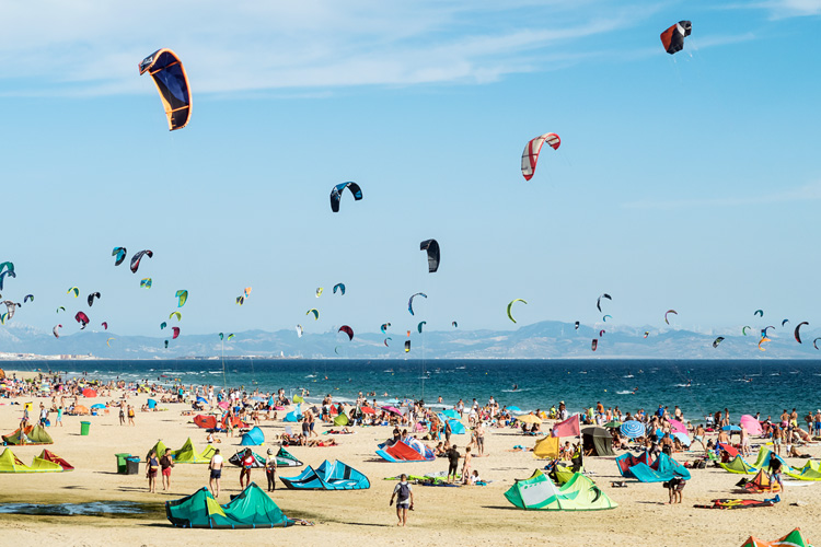 Kiteboarding: riders should keep a safe distance of two kites between each other | Photo: Shutterstock