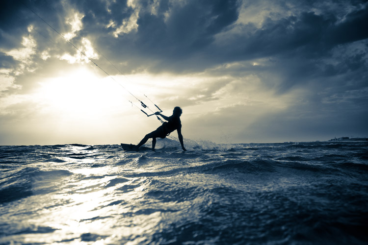 Kiteboarding: feel the wind, check the swell size, and observe the clouds before sailing away | Photo: Shutterstock