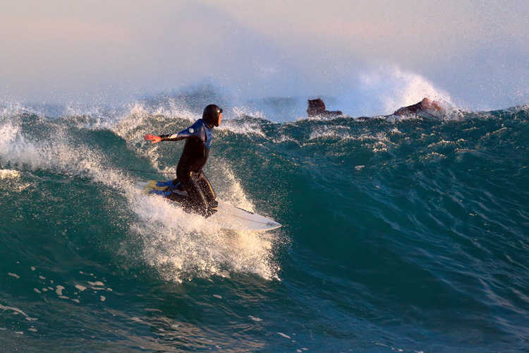Kneeboard surfing: riding the wave in a kneeling position | Photo: Ed Dunens/Creative Commons