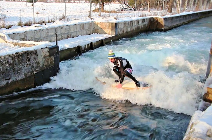 Surfing in Salzburg, Austria: checking the length of the ride | Photo: Nokton/Stadt.Land.Fluss