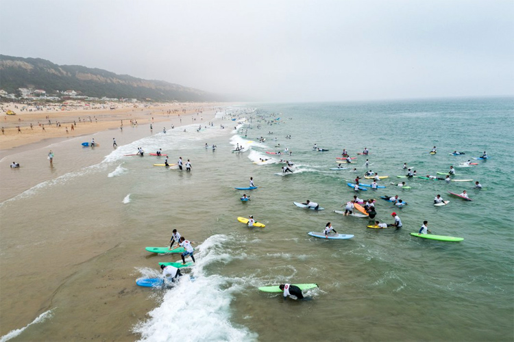 The world's largest surf lesson: the event organized by Tiago Pires had 344 beginner surfers | Photo: EDP