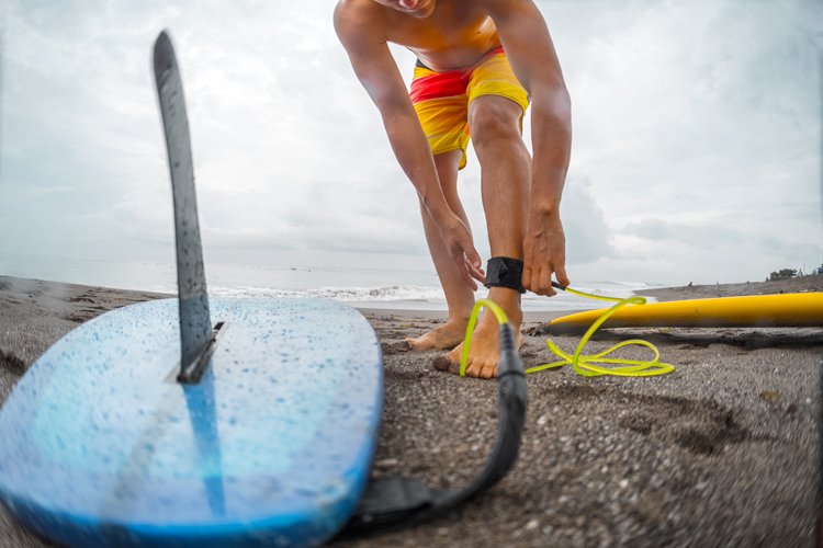 Leashes: longboards require longer leg ropes | Photo: Shutterstock