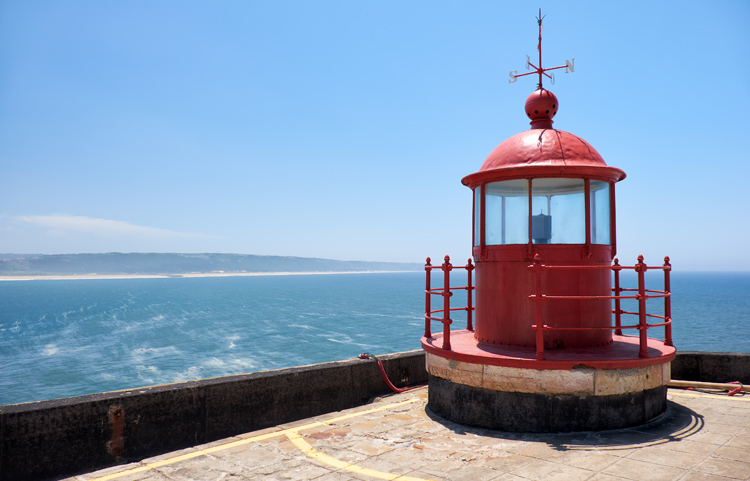 The Nazaré Lighthouse: a strategic observation point for studying the waves | Photo: Shutterstock