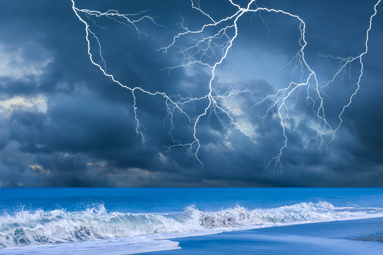Lightning: natural electrical discharge created by imbalances between a cumulonimbus cloud and the ground or within itself | Photo: Shutterstock