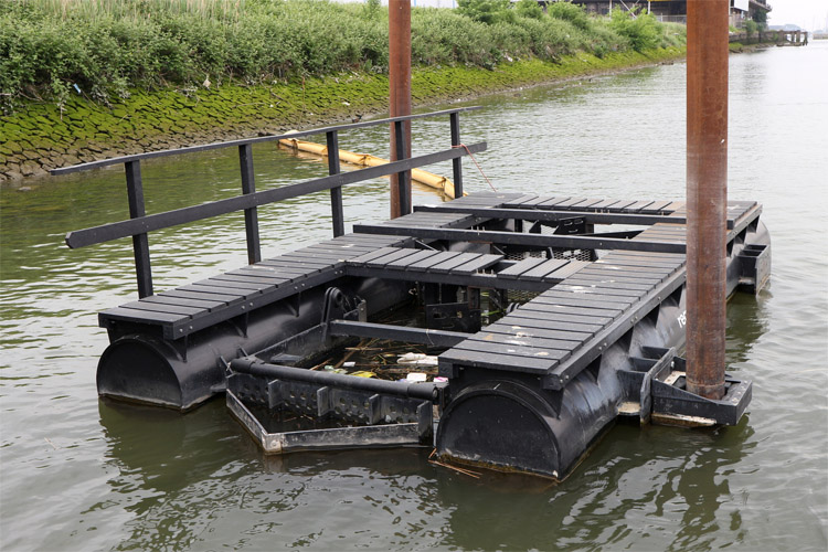 Passive litter traps: they collect trash that is later recycled to build new pods | Photo: Recycled Island Foundation