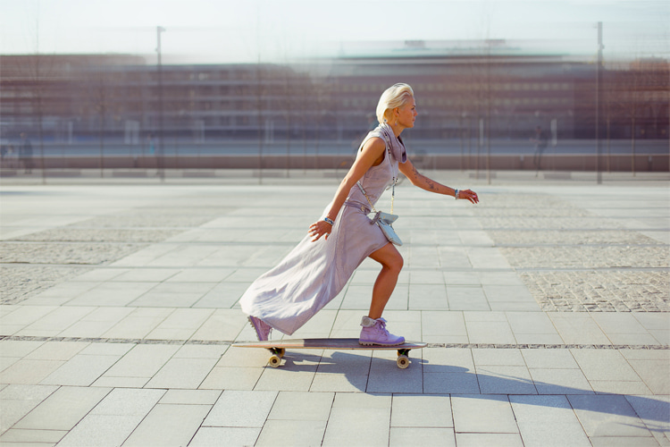 Longboard dancing: combining the technicality of freestyle skating with the aesthetics, rhythm, and movements repertoire of dancing | Photo: Anna Logvinova/Creative Commons
