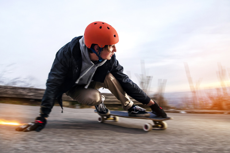Longboard skateboards: riders often combine put their front hand down on the ground and perform powerslides to reduce speed | Photo: Shutterstock
