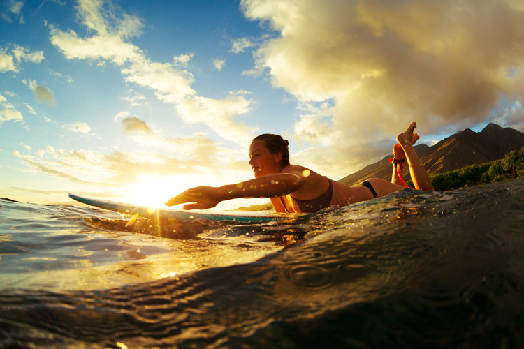 Longboards: paddle at a higher/steeper angle | Photo: Shutterstock