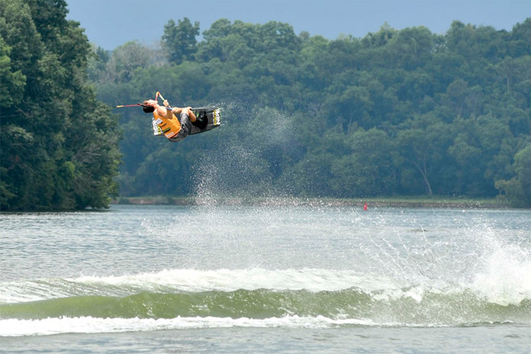 Fort Loudon Lake: there was plenty of wake action here | Photo: WWA