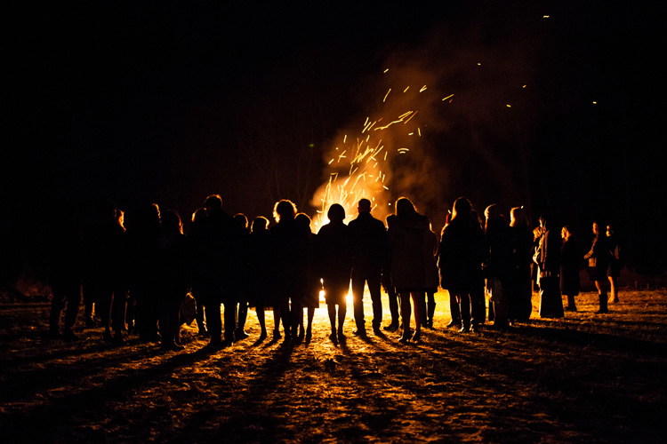 Luau: a fire at the beach with friend and family to celebrate life | Photo: Shutterstock