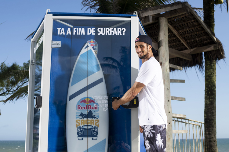 Lucas Chianca: insert coin, grab a surfboard, and go surfing | Photo: Red Bull