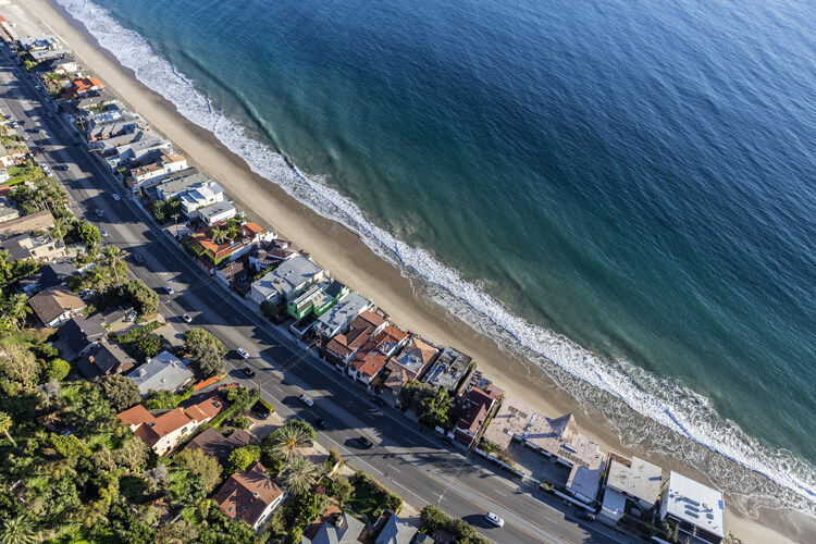 Malibu: the right-hand point break goes hand in hand with the Pacific Coast Highway | Photo: Shutterstock
