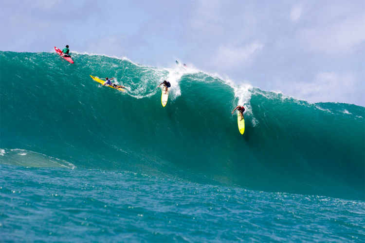 Mason Ho and John John Florence: sharing a ride at Waimea Bay | Photo: Keoki/WSL