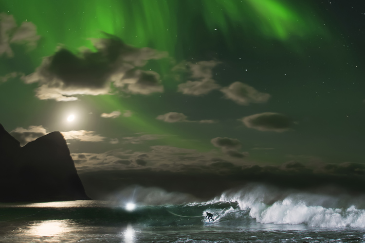 Mick Fanning: surfing underneath the Aurora Borealis | Photo: Sollie and Grimsaeth/Red Bull