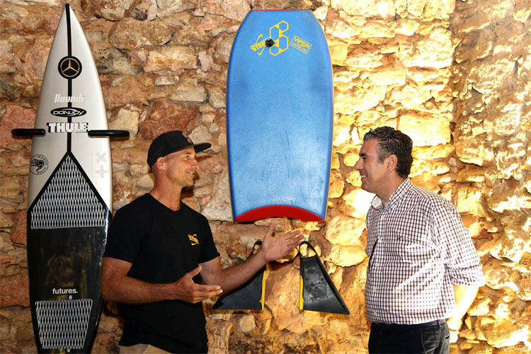 Mike Stewart and Nazaré mayor Walter Chicharro: the Surfer Wall has its first bodyboarder | Photo: Praia do Norte