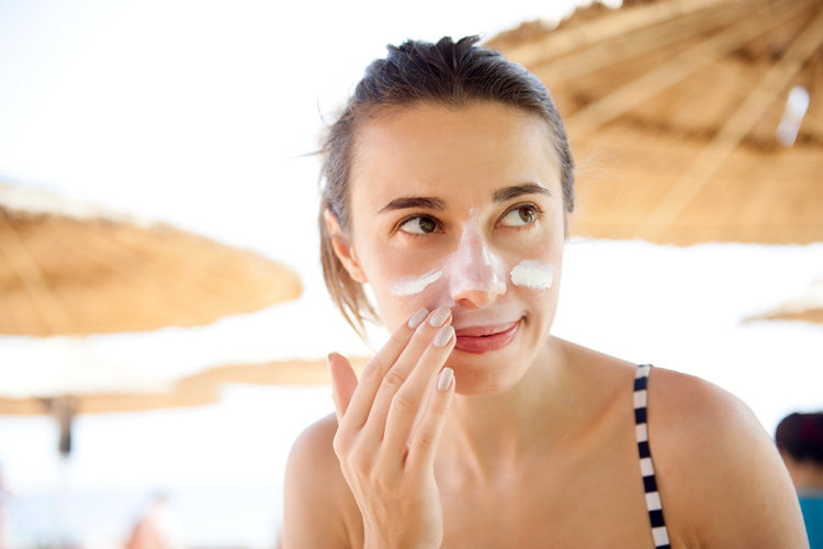 Moisturize your skin: it will help calm the skin and boost its recovery after sun exposure | Photo: Shutterstock