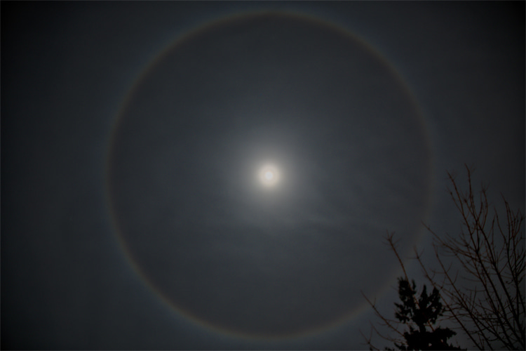 Moon dog: a sun dog-like effect beside the Moon created by ice crystals falling through the atmosphere at night | Photo: Creative Commons