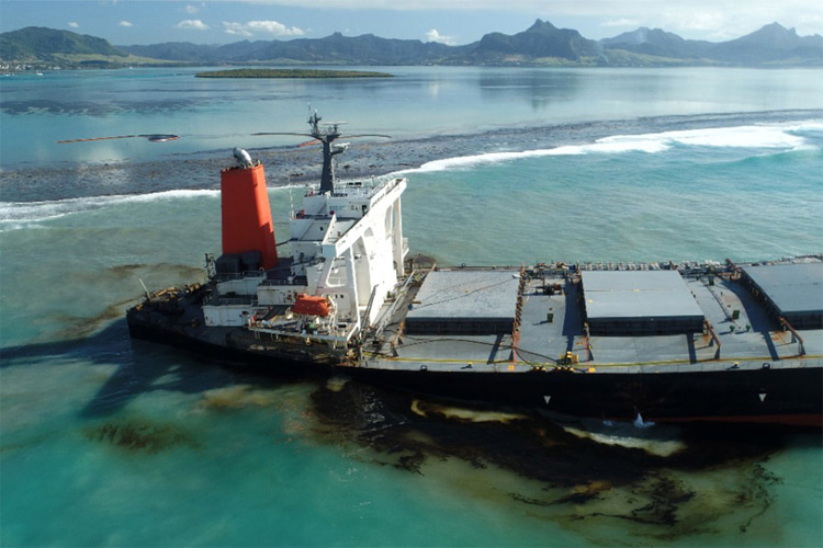 MV Wakashio: stranded stranded on the coral reefs off the coast of Mauritius | Photo: Greenpeace Africa