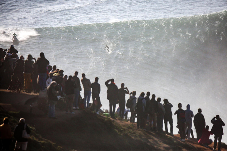 Nazaré: crowds invaded the surrounding amid a global pandemic | Photo: Praia do Norte