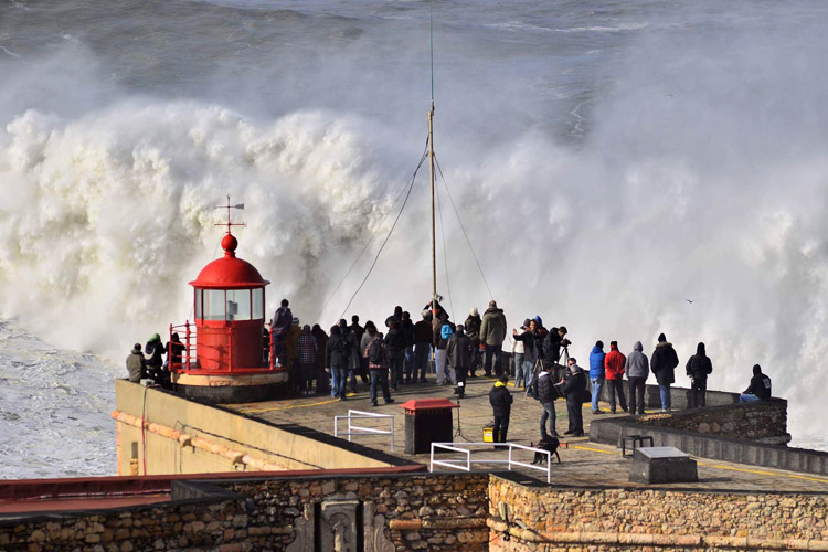 Nazaré's lighthouse: the best place to watch the brutal waves of Praia do Norte | Photo: Jorge Figueira