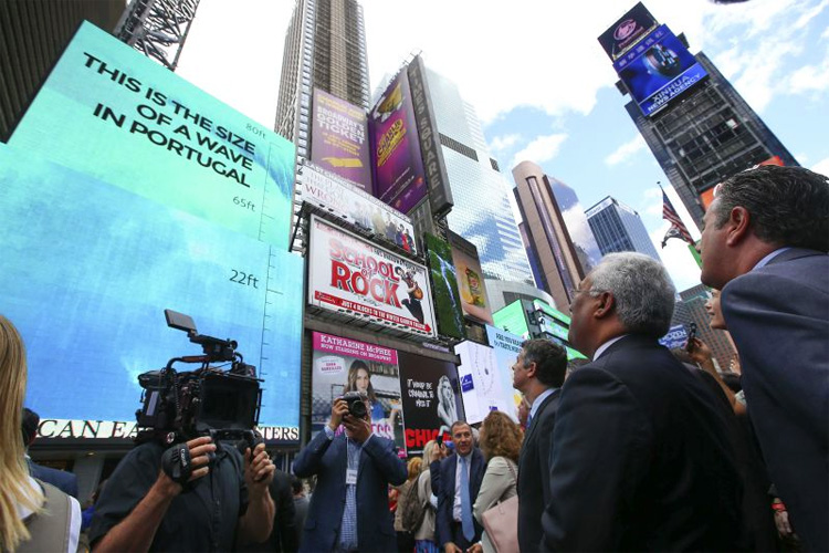 New York: Portuguese prime minister António Costa unveils the digital billboard of Nazaré in Times Square | Photo: Veiga/Lusa