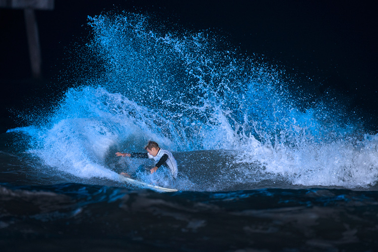 Night surfing: plan your session when there is a full or close to full moon | Photo: Red Bull