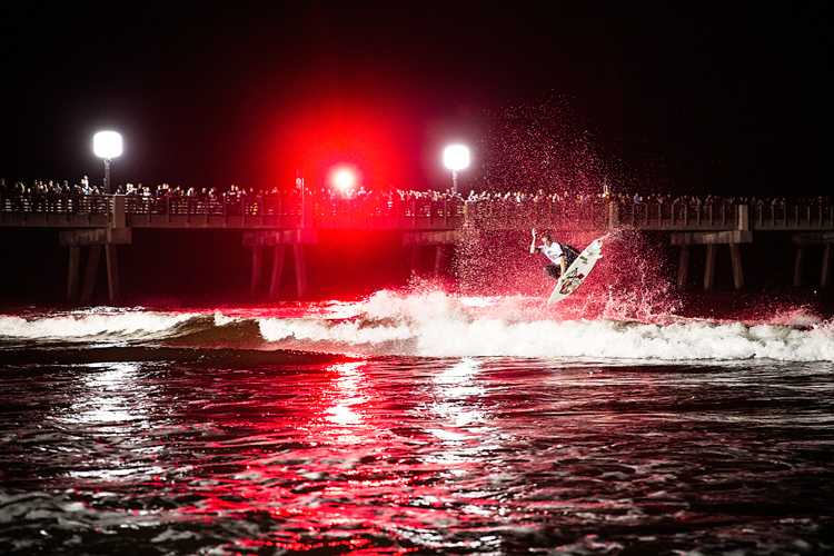 Night surfer: nothing in life is without risk | Photo: Red Bull