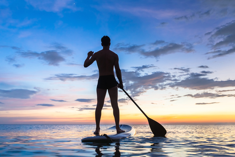 SUP: have you ever ridden a stand-up paddleboard during nighttime hours? | Photo: Shutterstock