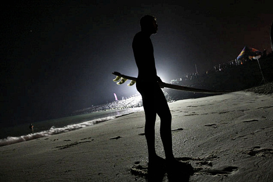 Surf at Night: light is never a problem for surfing