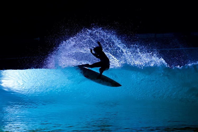 Night surfing: Wavegarden loves it under the stars