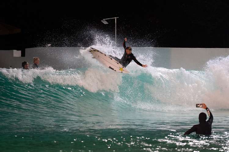 Wavegarden: architects have been developing night lighting systems that are customized for wave pools | Photo: Wavegarden
