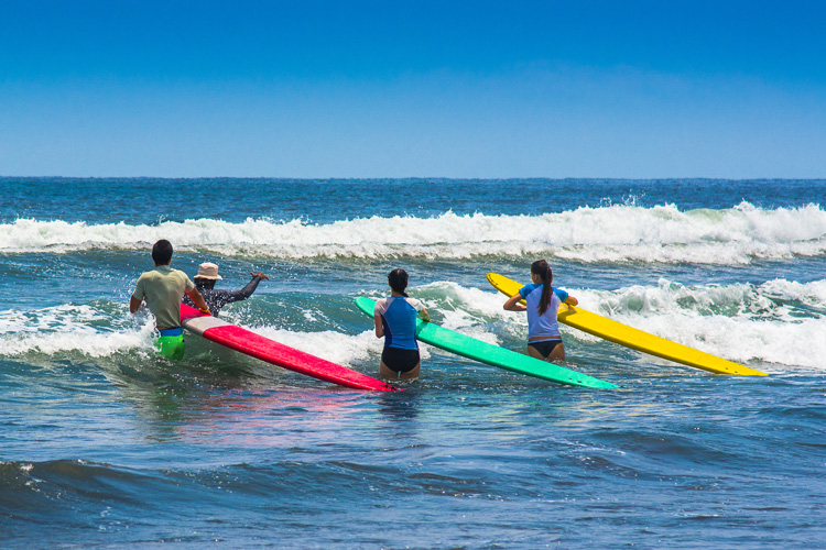 Surf lessons: they will shorten the learning curve significantly | Photo: Shutterstock