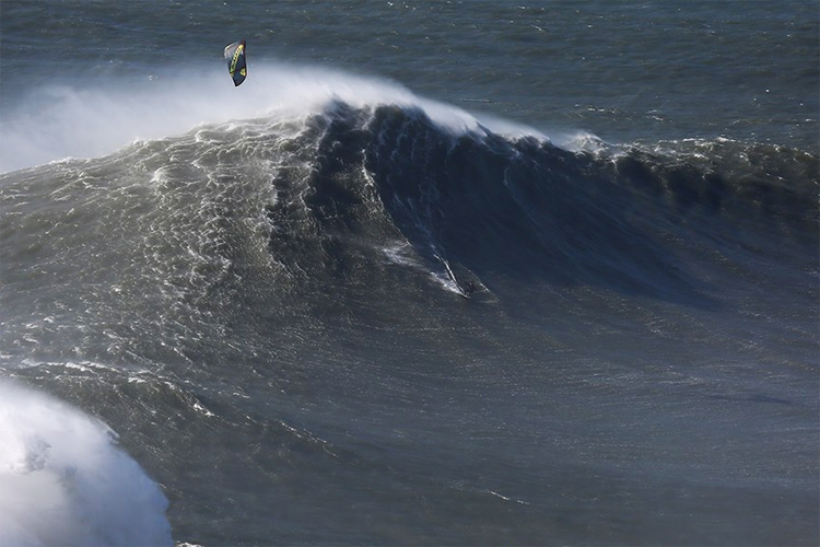 Nuno 'Stru' Figueiredo: riding a kite at Nazaré | Photo: Praia do Norte