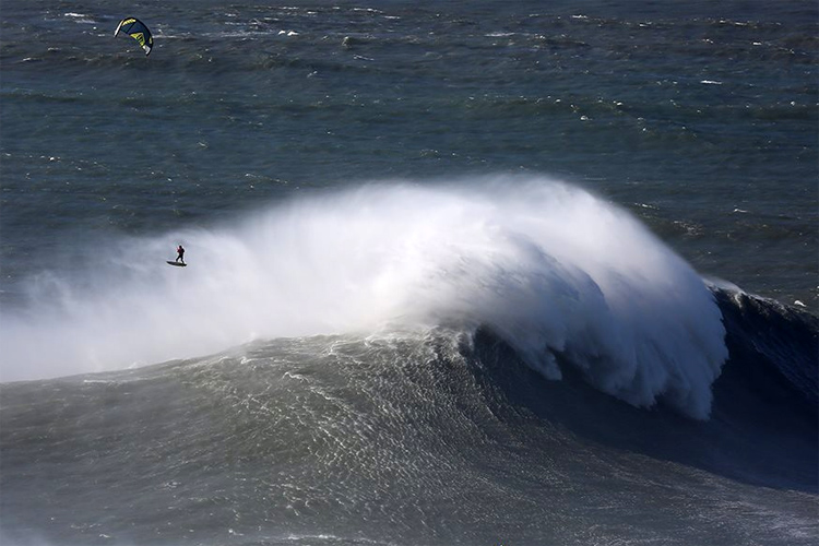 Nuno 'Stru' Figueiredo: kitesurfing in the giant waves of Praia do Norte | Photo: Praia do Norte