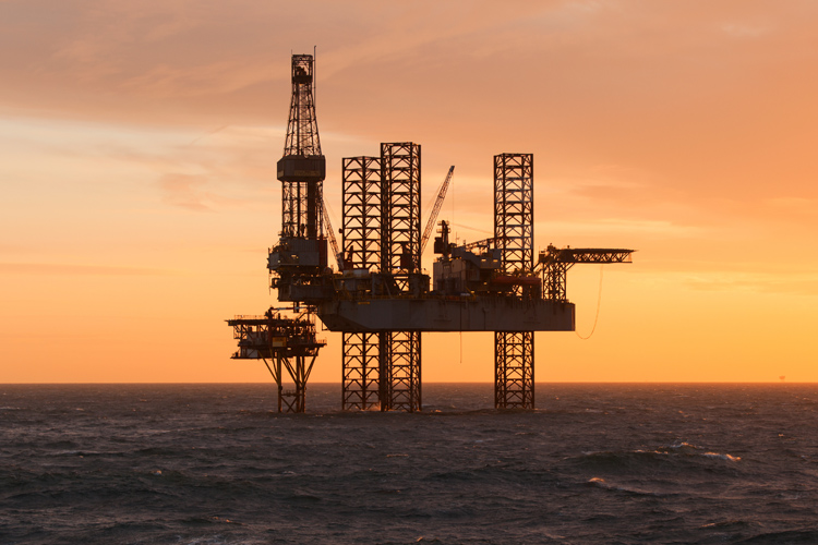 Offshore drilling: extracting petroleum and natural gas from the seabed | Photo: Shutterstock