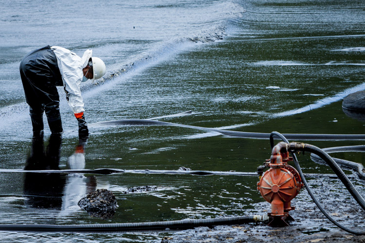 Oil spill: one of the most visible signs of water pollution | Photo: Shutterstock