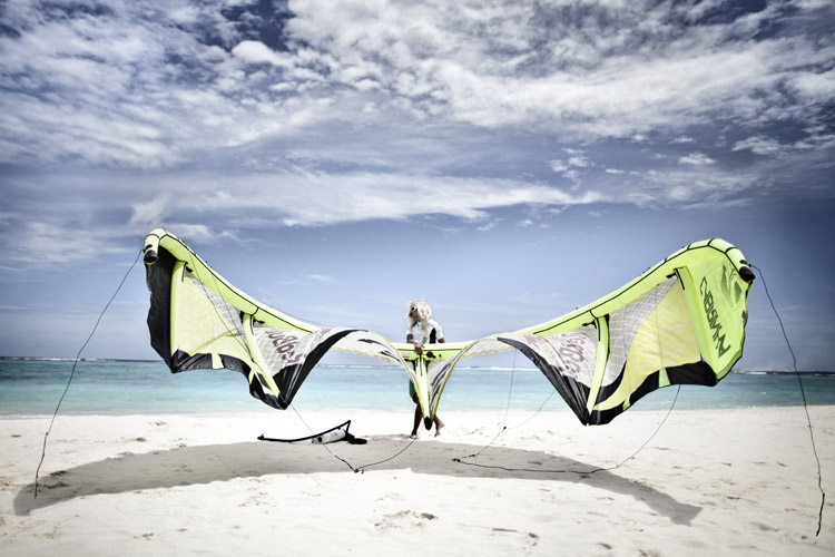 Packing up: know how to roll your kite up without damaging its materials | Photo: Gardi/Red Bull
