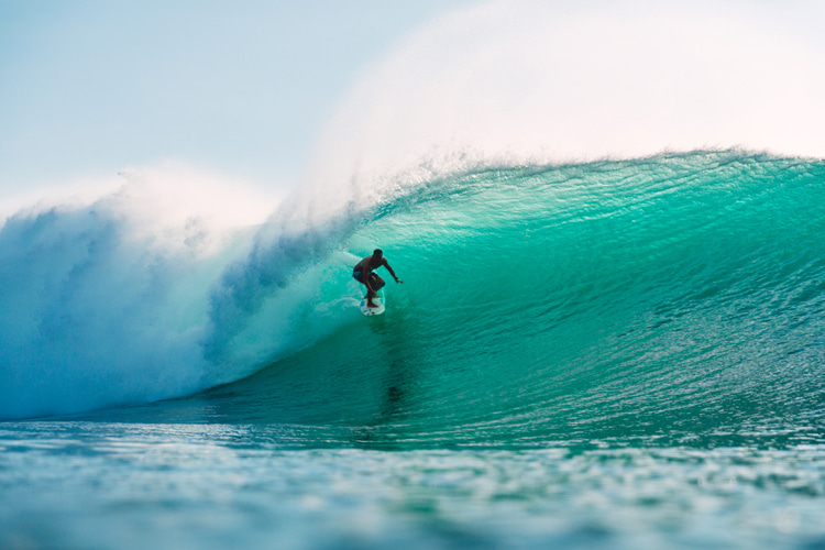 Surfing Padang Padang: it's all about positioning and a good take-off | Photo: Shutterstock